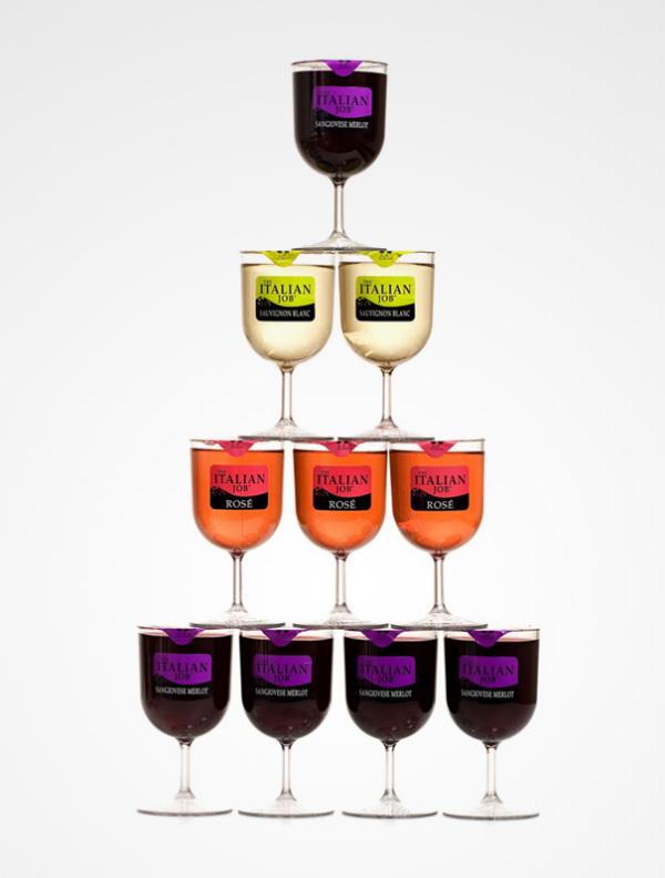 Du vin dans des verres en plastique