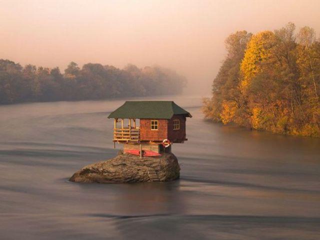 chalet rocher au milieu de eau ermite Serbie