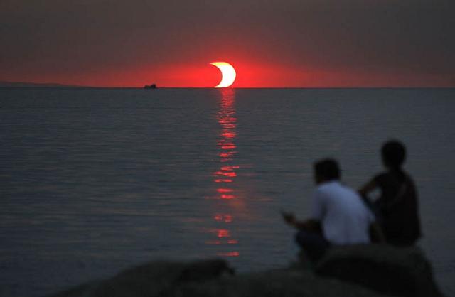 Éclipse solaire lors d'un coucher de soleil