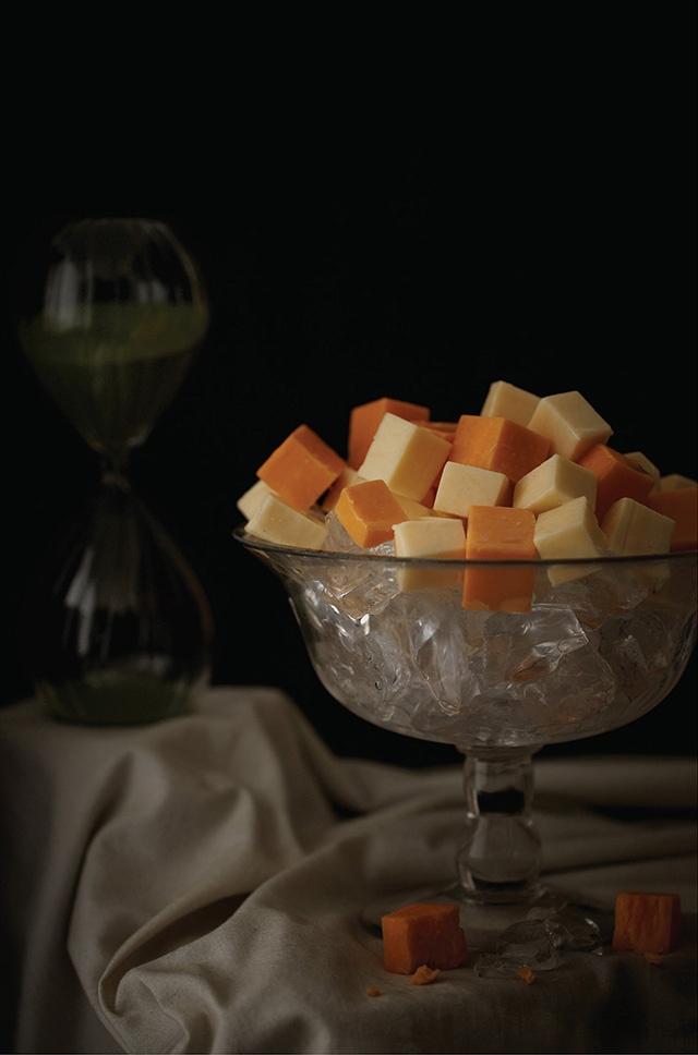 Lady Gaga – cubes de fromage sans odeur, servi sur de la glace.