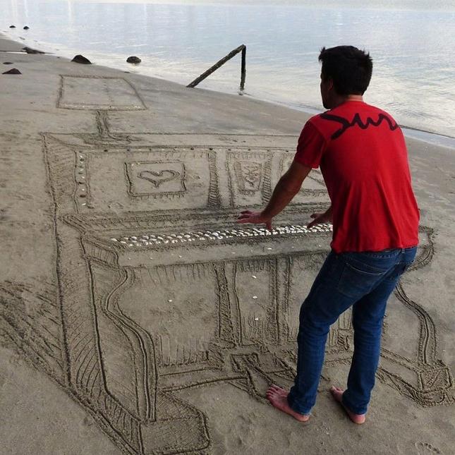 3d-sand-piano-beach-art-by-jamie-harkins-2