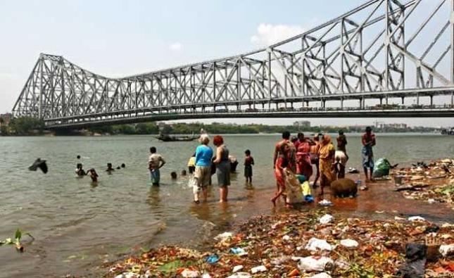 La visite du remarquable pont de Howrah à Calcutta, en Inde - realite