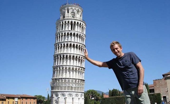 Prendre des photos avec la tour de Pise -  Italie