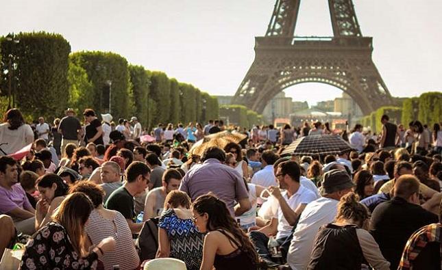 Un pique-nique en amoureux en face de Tour Eiffel à Paris avec les autres