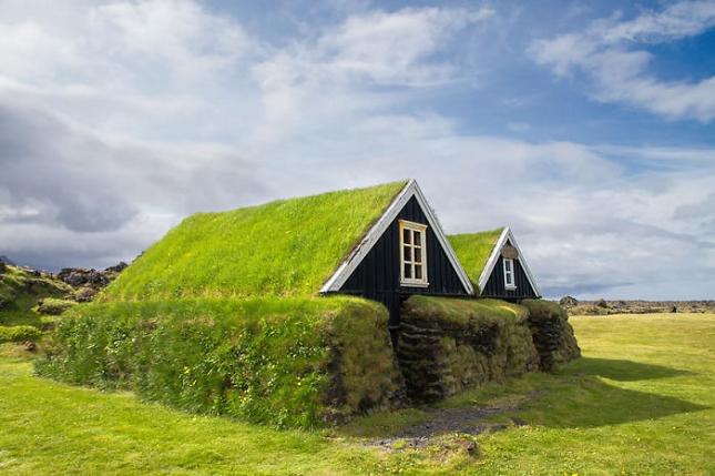De typiques maisons scandinaves avec leurs toitures for Maison toit vegetal