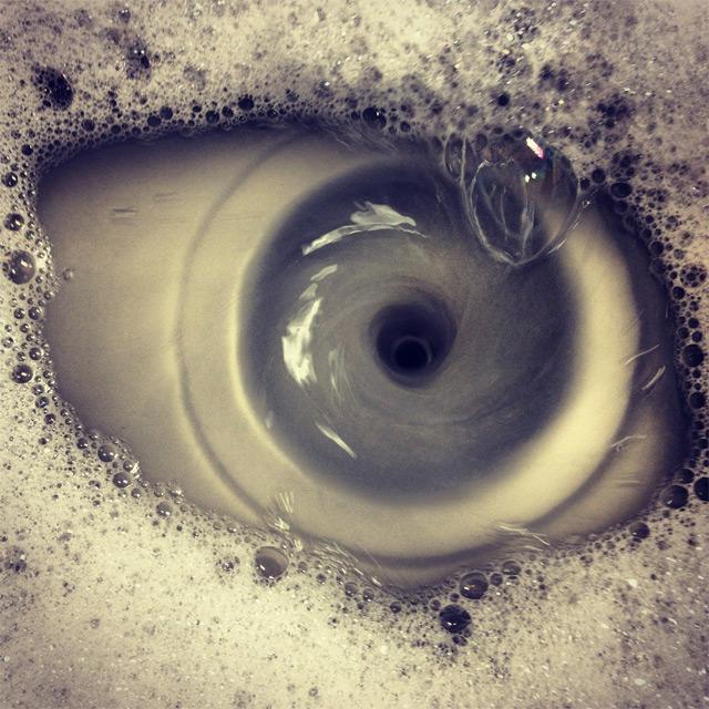 Oeil dans l'évier