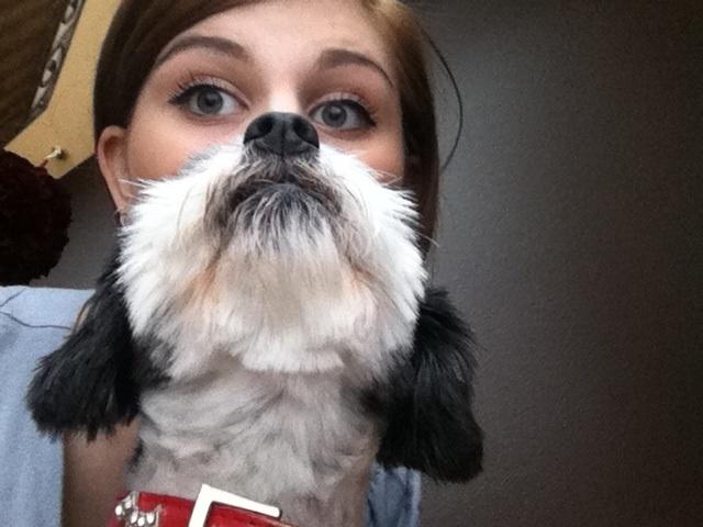 Une fille qui a du chien