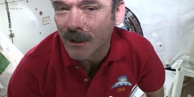pleure apesanteur larme espace astronaute Chris Hadfield wikilinks fr