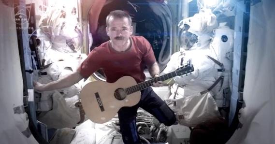 Le premier clip dans l'espace