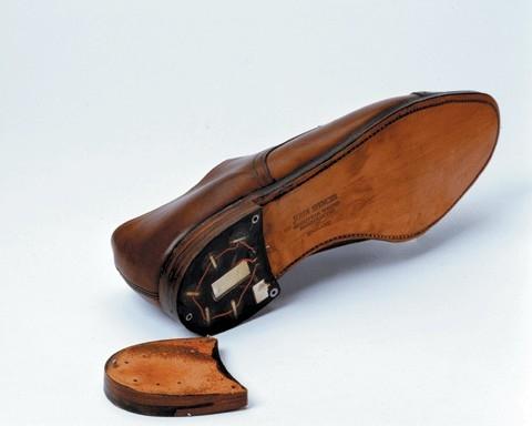 Émetteur caché dans le talon de la chaussure