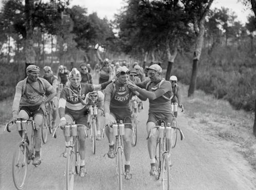 Pause clope pendant le tour de France en 1927