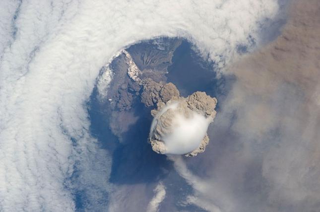 Eruption-volcanique-Sarychev Volcan Russie