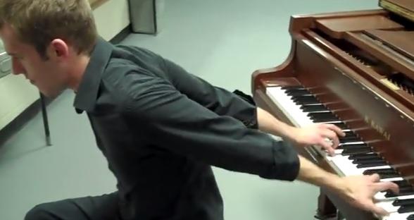 jouer-du-piano-dans-le-dos