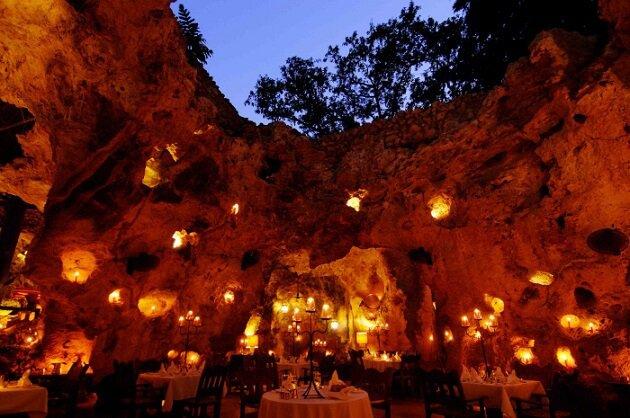 Restaurant-insolite-Ali Barbour's Cave Restaurant, Diani Beach, Kenya