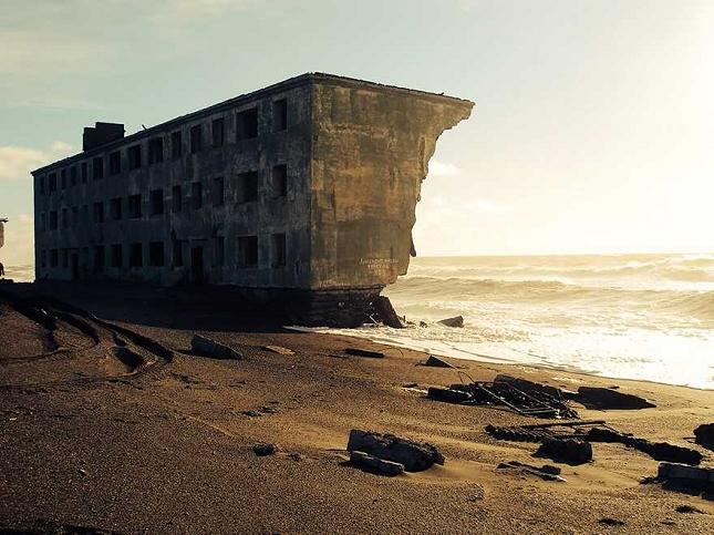 Un bâtiment de pécheurs abandonné en Russie