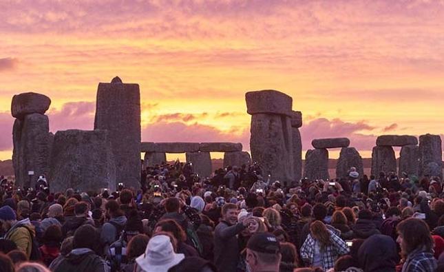 Regarder le Stonehenge alors que le soleil se couche à l'arrière-plan, au Royaume-Uni-realite