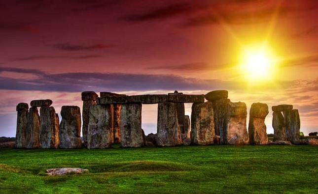 Regarder le Stonehenge alors que le soleil se couche à l'arrière-plan, au Royaume-Uni