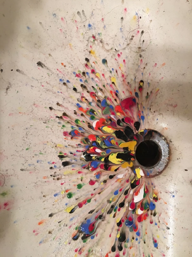 De la peinture jetée dans l'évier