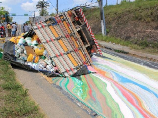 Un camion transportant 14 tonnes de peinture