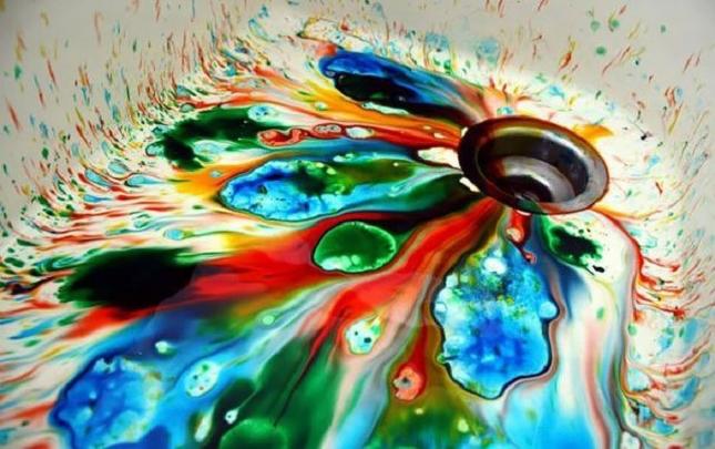 Un véritable arc-en-ciel de peinture pour cet évier